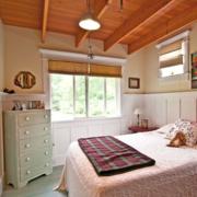 简约卧室原木吊顶装饰