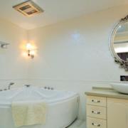 卫生间简约风格白色浴缸装饰