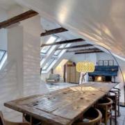 现代简约风格阁楼客厅原木桌椅装饰