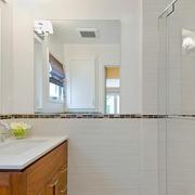 北欧风格小型卫生间简约镜饰装饰