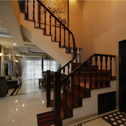 美式风格原木深色楼梯装饰
