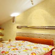 三室一厅斜顶简约风格卧室置物架装饰