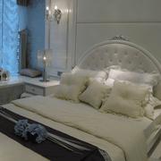 纯白色的卧室背景墙装修图