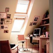 现代斜顶阁楼书房效果图
