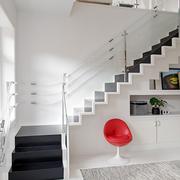 纯白色实木楼梯
