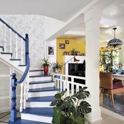 蓝白色调相间的楼梯