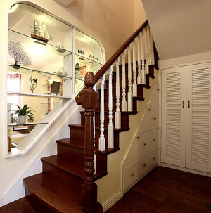 直通阁楼的室内铁艺旋转楼梯装修效果图