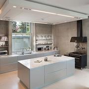 白色干净整洁的厨房