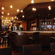 暖色调的酒吧吧台