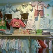 孕婴店衣物展示