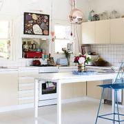 白色开放式厨房吧台