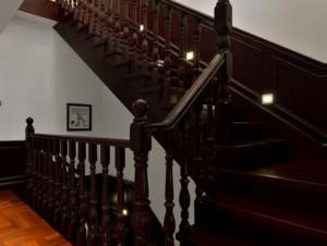 乡村风格欧式别墅实木楼梯装修效果图