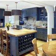 深蓝色的厨房展示