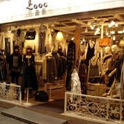 暖色调的服装店