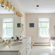 干净纯白色的洗手间