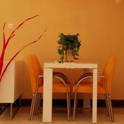 温馨橙色的餐厅