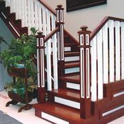 温暖时尚的阁楼楼梯