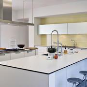 白色靓丽的厨房