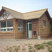 实木建造的厕所