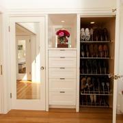 白色简约的鞋柜