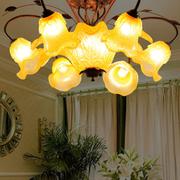 别墅大厅温暖吊灯