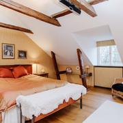 阁楼卧室暖色调装饰