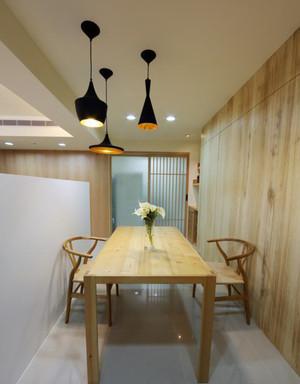餐厅原木色餐桌椅