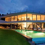 灯光优美的别墅游泳池