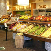 色彩鲜艳的水果店