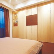 卧室原木色衣柜