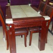 舒适时尚的餐桌