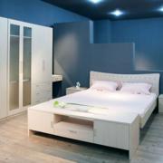 卧室白色精巧衣柜