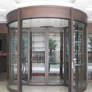 现代时尚的大厅旋转门