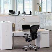 白色精巧的办公桌