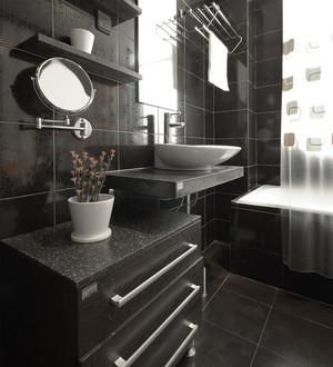 黑色时髦的卫生间