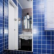 深蓝色的卫生间