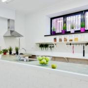 白色小型家居厨房