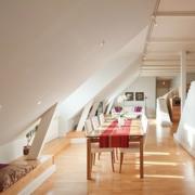 阁楼原木色地板