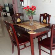 现代简约型餐桌