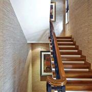 暖色调的家居楼梯