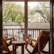 别墅阳台原木餐桌