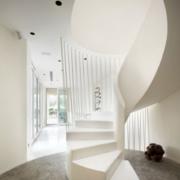 白色个性张扬的楼梯