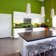 绿色厨房白色吧台