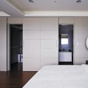 主卧室白色隐形门