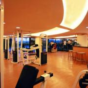 温暖黄色健身房地板