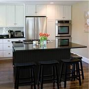 厨房黑色的吧台
