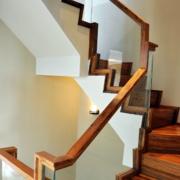 实木温暖的楼梯
