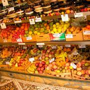 色彩亮丽的水果店