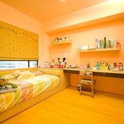 暖色调的小型儿童房