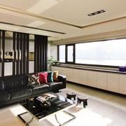 黑色时尚的客厅隔断